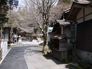 岩間寺 本堂前境内